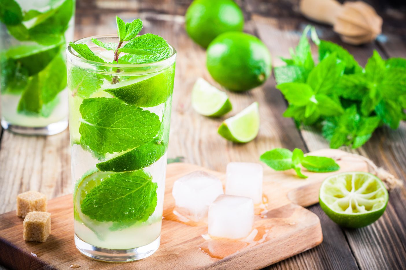 fresh-cocktails-with-lime-mint-and-ice-in-glass-PTUEGHV